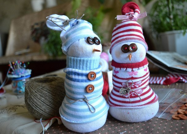 Diy christmas decorations 15 home decor ideas freemake this is a good solution to make xmas decorations and give a second life to your old socks needed materials white and colored socks rice buttons solutioingenieria Choice Image